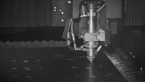 Ciąć metal Iskry latają od laseru, monochrom klamerka Laserowa Tnącej maszyny technologia Przemysłowy Laserowy rozcięcie zbiory