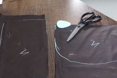 Ciąć produkt dla szyć Na stole jest płótno z zaznaczać szatami Właśnie kłamstwo kreda i nożyce fotografia royalty free