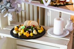Ciąć ser na bankieta stole, pięknie słuzyć bankieta stół Zdjęcie Royalty Free