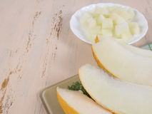 Ciąć soczystych melonów plasterki na białym talerzu i melon Obraz Stock