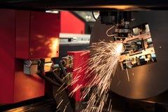 Ciąć szkotowego metalu proces z zbawczego szkła ochroną Zdrój zdjęcie stock