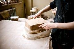 Ciąć warstwy gliniani kawałki dla sculpting w garncarki ` s warsztacie obraz stock