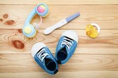 Ciążowy test z butami i pacyfikatorem obraz royalty free
