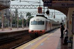 Ciągnąć pociąg z czekaniem  pasażery Obrazy Stock