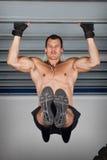 Ciągnie w górę podbródka w górę crossfit sprawności fizycznej szkolenia przy stalową stropnicą obraz stock