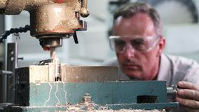 Ciągnienie ostrości strzał męski inżyniera używać musztruje wewnątrz fabrykę zbiory wideo