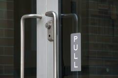 Ciągnienie znak przy szklanym drzwi Fotografia Stock