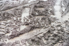 Ciągników ślada w mokrym błocie obrazy stock