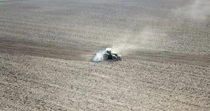 Ciągnik Śródpolna kultywacja, Śródpolny przygotowanie zasadzać, widok z lotu ptaka zdjęcie wideo
