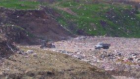 Ciągnik i ciężarówka przy wielkim toksycznym usypem zdjęcie wideo