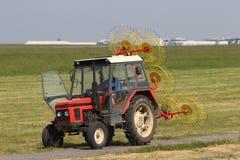 Ciągnik kosić trawy Zdjęcie Stock