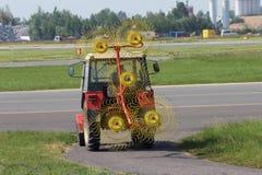 Ciągnik kosić trawy Zdjęcie Royalty Free