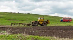 Ciągnik orze ziemię w polach w wiośnie Obraz Royalty Free