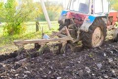 Ciągnik orze ziemię, wiejski życie w Rosja Pojęcie agricul Zdjęcie Stock