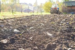 Ciągnik orze ziemię, wiejski życie w Rosja Pojęcie agricul Fotografia Stock