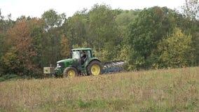 Ciągnik przy pracą na gruncie rolnym zdjęcie wideo