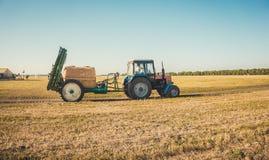 Ciągnik w jesieni pola tle Zdjęcie Royalty Free