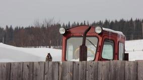 Ciągnik w wiosce zbiory wideo