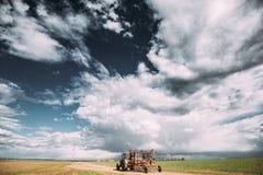 Ciągnik Z Dołączającą broną W Pogodnym wiosna dniu Wieś Ru Obraz Royalty Free