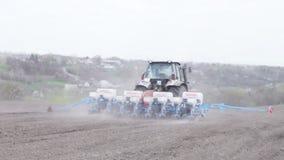 Ciągnik z plantatorem zbiory wideo