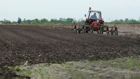 Ciągnik z plantatorem na ziemi zbiory wideo