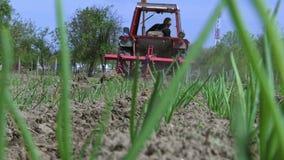 Ciągnik z rolniczą maszynerią kultywuje ziemię zbiory