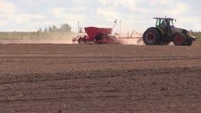 Ciągnik z specjalnym wyposażeniem nawozi lochy pole w jesieni zbiory