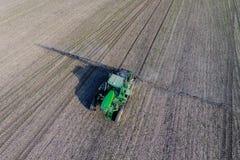 Ciągnik z zależącym od systemem opryskiwanie pestycydy Nawożący z ciągnikiem, w postaci aerosolu na polu zima, zdjęcie stock