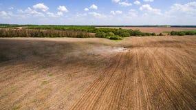 Ciągnikowa narządzanie ziemia dla siać szesnaście rzędów antena, pojęcie kultywacja, nasiewanie, orania pole, ciągnik i produkcji obrazy royalty free