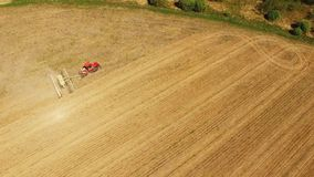 Ciągnikowa narządzanie ziemia dla siać szesnaście rzędów antena, pojęcie kultywacja, nasiewanie, orania pole, ciągnik i produkcji zbiory wideo