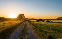 Ciągnikowa pracująca agicultural maszyneria w słonecznym dniu Fotografia Stock