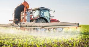 Ciągnikowi opryskiwanie pestycydy zdjęcia royalty free