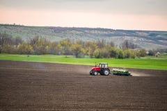 Ciągnikowy agrimotor pracuje ziemię Zdjęcie Royalty Free