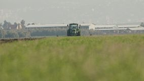 Ciągnikowy kultywujący zielonego pole w zwolnionym tempie zbiory wideo