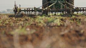 Ciągnikowy kultywujący zielonego pole w zwolnionym tempie zbiory