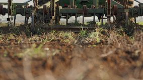 Ciągnikowy kultywujący zielonego pole w zwolnionym tempie zdjęcie wideo