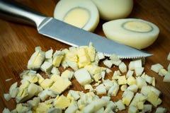 Cięć gotowani jajka przygotowywać różnych naczynia zdjęcie stock