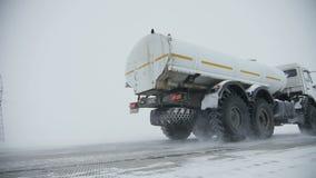 Ciężarówek przejażdżki kompani paliwowej terytorium omijanie znakiem powitalnym zbiory wideo