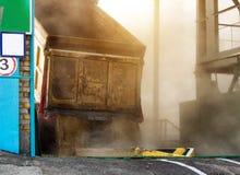 Ciężarówka ładująca z adrą nalewa adrę od ciała przy zakładem przetwórczym, produkcja fotografia royalty free