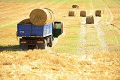 Ciężarówka ładująca z siano belami Obraz Royalty Free