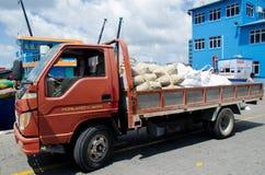Ciężarówka ładująca z workami przy doku terenem Fotografia Royalty Free