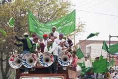 Ciężarówka ładunki głośnej odświętności młodzi muzułmanie w Agra Obraz Stock