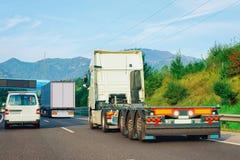 Ciężarówka bez przyczepy pudełka na asfaltowej autostrady drodze w Slovenia obraz stock