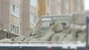 Ciężarówka bierze out budowa śmieci w torbach zbiory wideo