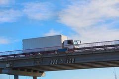 Ciężarówka dostarcza zafrachtowania na moscie obraz stock