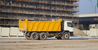 Ciężarówka i budować w budowie obrazy royalty free