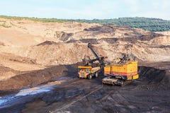 Ciężarówka i Elektryczna łopata w Otwartej jamy północy TAJLANDIA Obrazy Stock