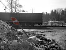 Ciężarówka I Roztrzaskujący Drogowy znak zdjęcia stock