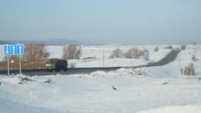 Ciężarówka jedzie na autostradzie na Pogodnym zima dniu zdjęcie wideo
