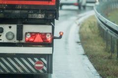 Ciężarówka jedzie na drodze w deszczu zdjęcia royalty free